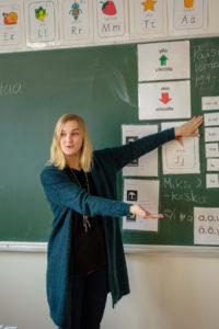 S2-opettaja Riikka Juhas käyttää opettamisesssa paljon sanatonta viestintää.