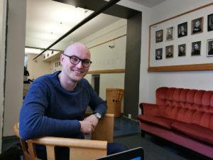 Aleksi Lavaste opettaa Lahden kansanopiston teatterikoulutuksessa.