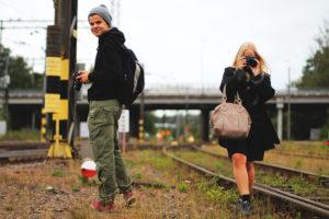 Valokuvauksen opiskelijat kuvaamassa Lahden rautatieaseman ympäristössä