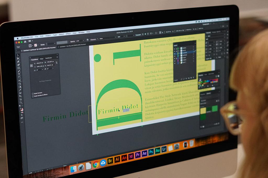 Graafisen suunnittelun opiskelijalla on käytössä Adoben Creative Cloudin uusimmat ohjelmista Photoshop, Illustrator, InDesign jne.