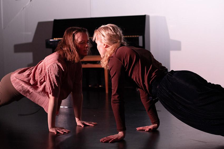 Opiskelijoiden tanssia teatterikoulun esityksestä
