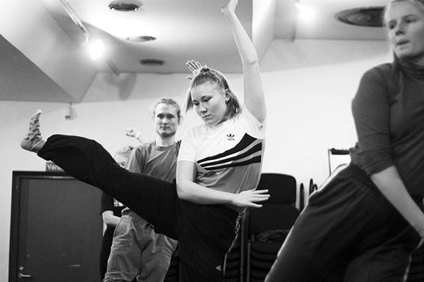 Peking-oopperaa fyysisen teatterin kurssilla