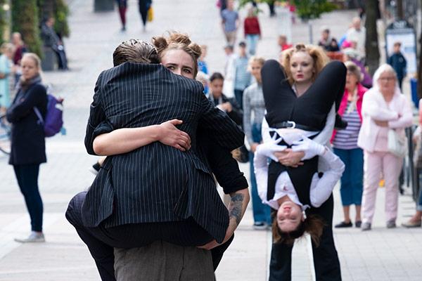 Teatterikoulutus I:n opiskelijat esittämässä katuperfomanssia Lahti Fringessä