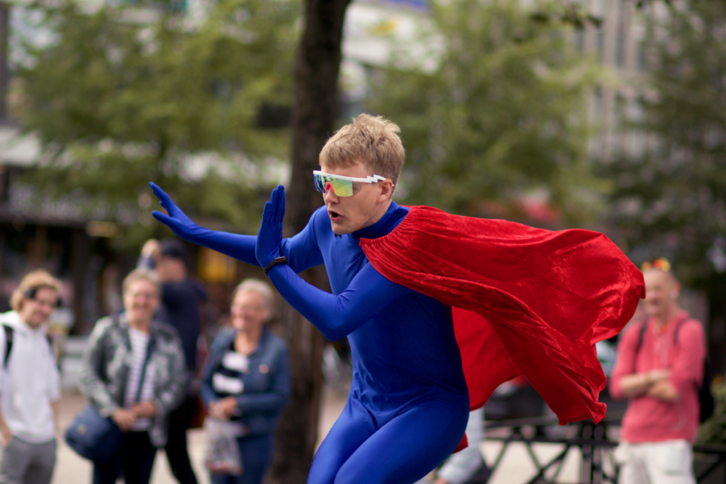 Teatteriopiskelija Vincent Kinnunen superman-hahmona katutapahtumassa