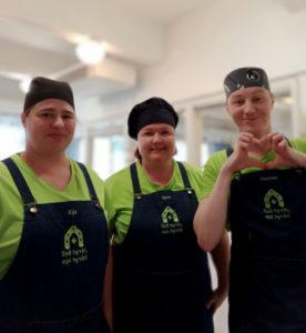 Keittiön tiimi Eija, Terhi ja Hannes työasuissaan