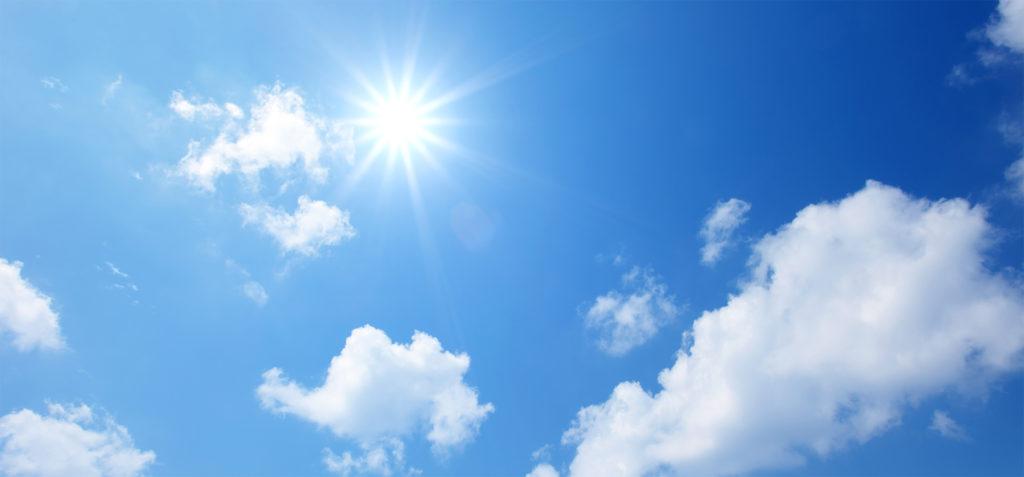 sinisellä taivaalla poutapilviä